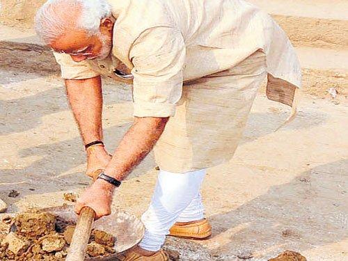 Spade in hand, Modi cleans ghat
