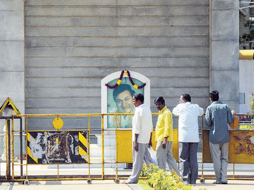 Defacing of Rajkumar bust causes tension