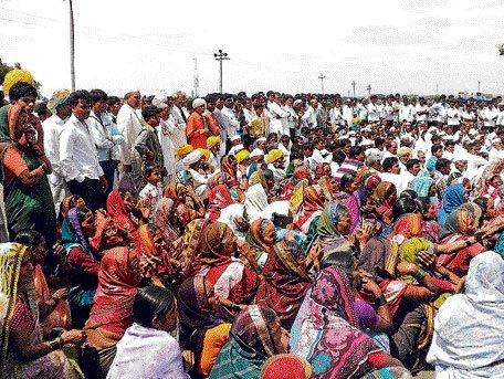 Farmers block road traffic protesting attack on engineers