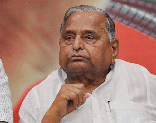 Mulayam rides a buggy on b'day, Azam triggers controversy over funds