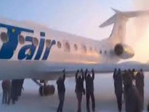 Passengers get out and push frozen Siberian plane