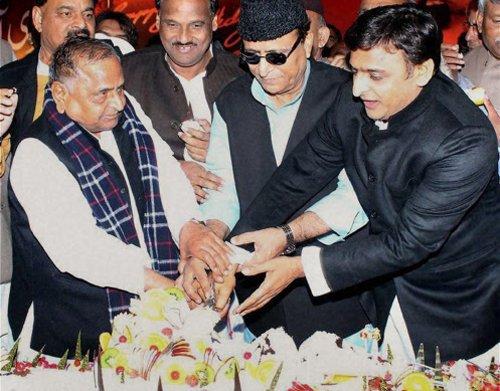 """Birthday bash: Mulayam hails Azam Khan for doing """"great job"""""""