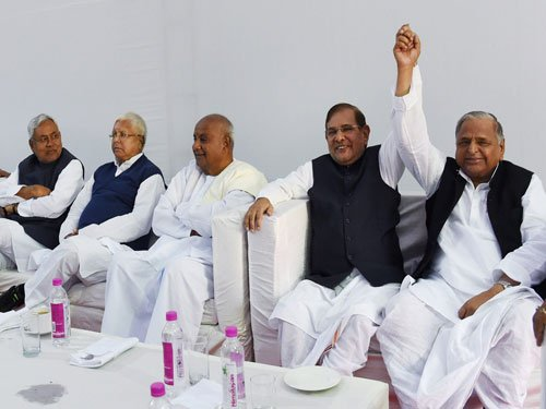 6 Janata Parivar parties agree to become one; Mulayam to oversee merger