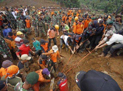 32 dead, 76 missing in central Indonesia mudslide