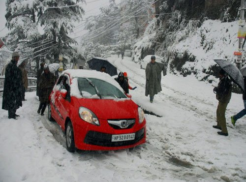 Snow continues in Himachal, grounds commuters