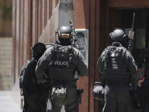Sydney siege: Gunman seeks IS flag, talks with PM