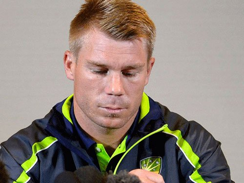 Warner fails to take field after hand injury