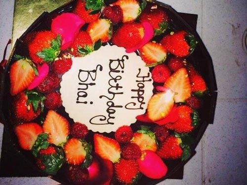 Salman gets basket of strawberries as birthday cake