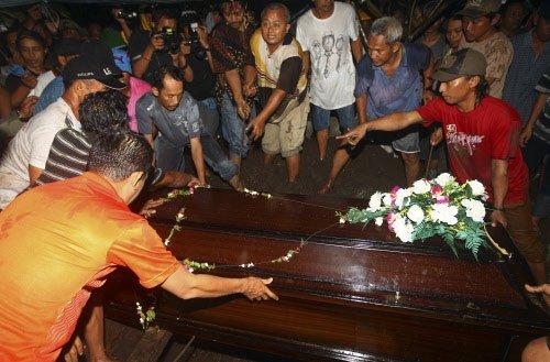 1st body identified from AirAsia crash
