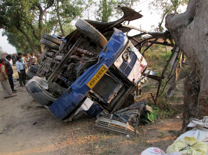 11 killed, 30 injured as bus falls into gorge in AP | Deccan Herald