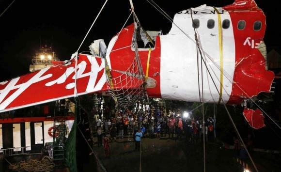 Indonesian divers retrieve AirAsia flight data recorder from sea