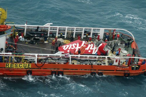 Divers fail to retrieve more bodies, AirAsia jet's fuselage