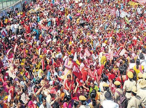 Anganwadi workers take out rally, motorists struggle