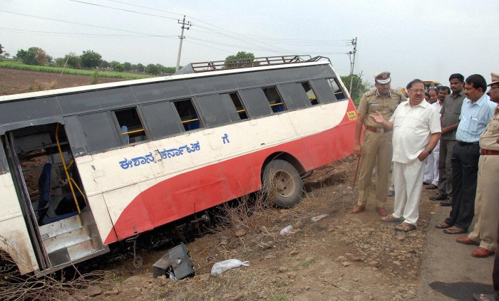 Five killed as bus rams private vehicle | Deccan Herald