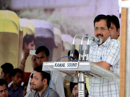Kejriwal questions Jung on provision of issuing directives