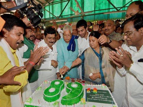 Lalu celebrates B'day with Nitish, vows 'ghar wapasi' of BJP