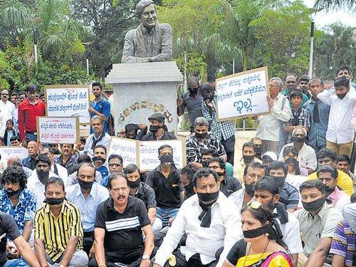 Kannada directors protest CCI decision on dubbing