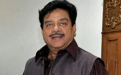 Shatrughan meets Kejriwal , raises eyebrows