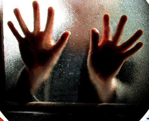 Rape bid on woman in running Mumbai train