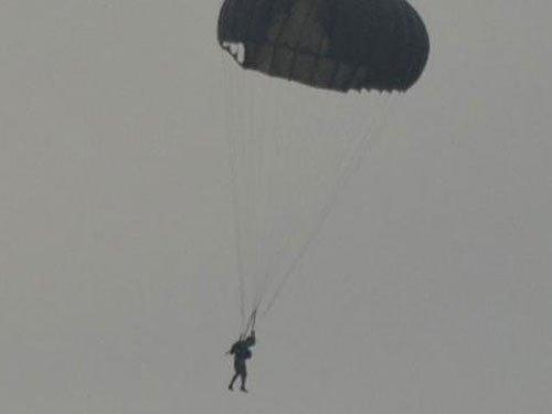 Dhoni para jumps from army aircraft
