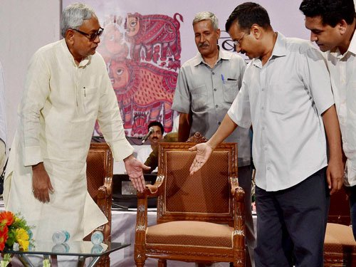 Kejriwal declares support for Nitish, the two attack Modi
