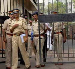 Deputy collector fights with constable over entry into temple