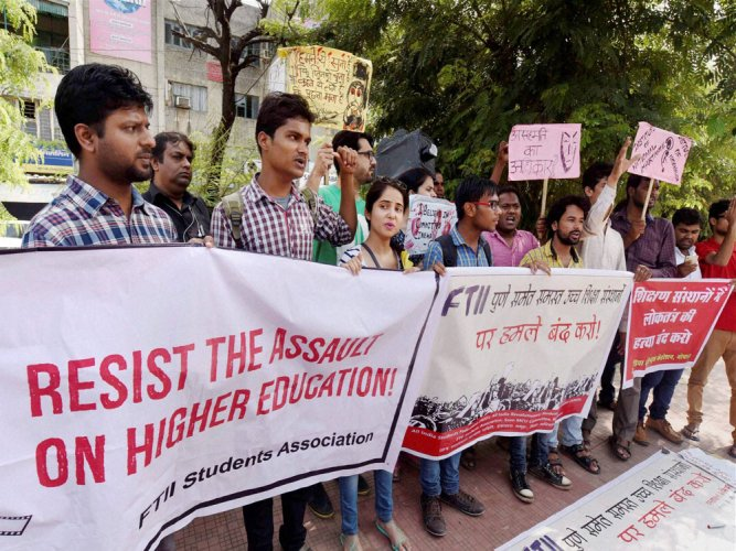 I&B Min team holds  'fruitful' talks with striking FTII students