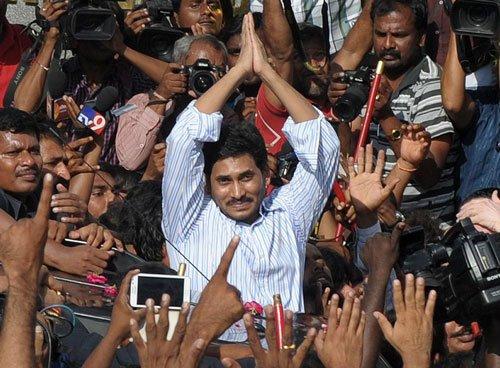 Police foil Jagan's fast, shift him to hospital