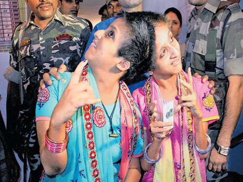 Conjoined twins vote with single ID