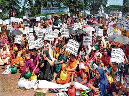 Anganwadi workers protest against Yettinahole project
