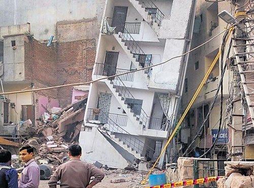 Tilting building in Delhi creates panic among people