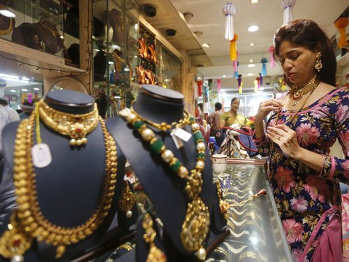 Cheaper gold evokes brisk buying of gold on Dhanteras