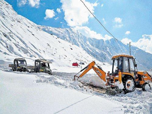 Kashmir, Ladakh shiver as mercury drops further