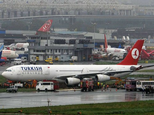 Turkish plane returns to bay after unclaimed mobile found