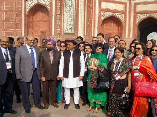 Akhilesh visits Taj with armed security guards