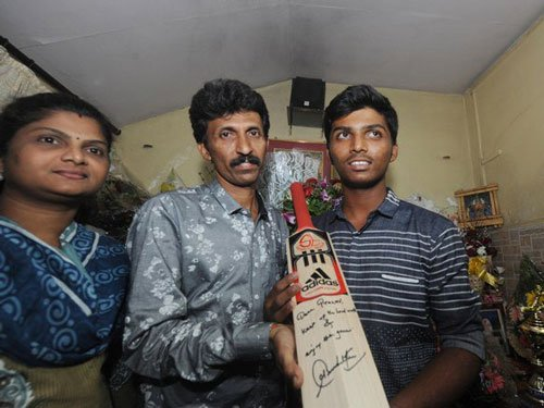 Tendulkar gifts his bat to Dhanawade