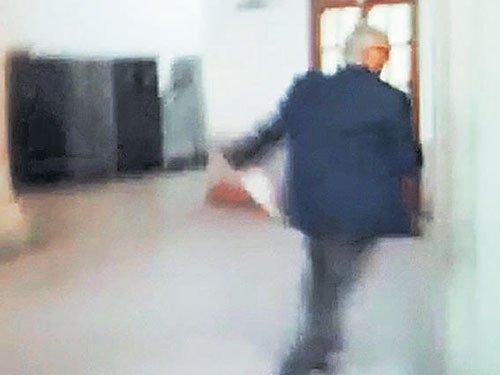 Latecomer chief secy runs up stairs to avoid media glare