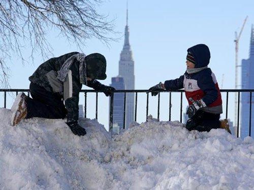 US blizzard kills 25, Washington struggles to rebound