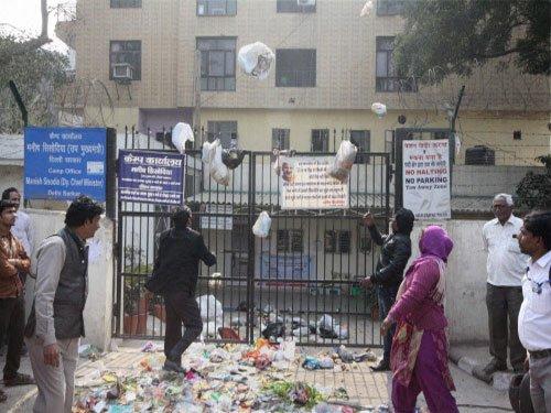 Delhi civic workers continue protest