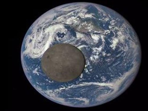Crash between Earth and forming planet gave birth to Moon