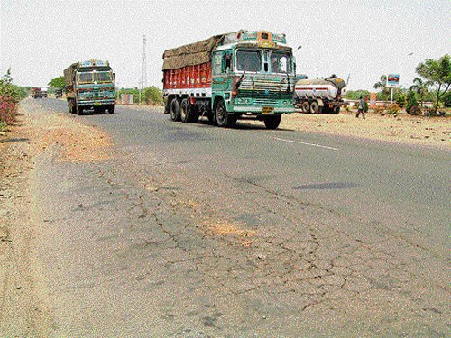 Ban vehicles carrying protruding materials: Centre