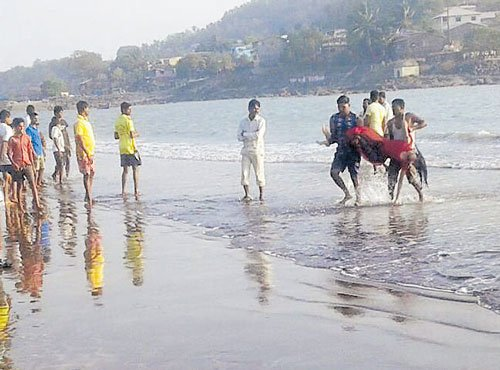 14 students on picnic drown in sea