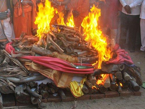 Muslims perform last rites of 84-yr old Kashmiri Pandit
