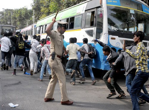 Police cane students for demanding quota in  pvt sector