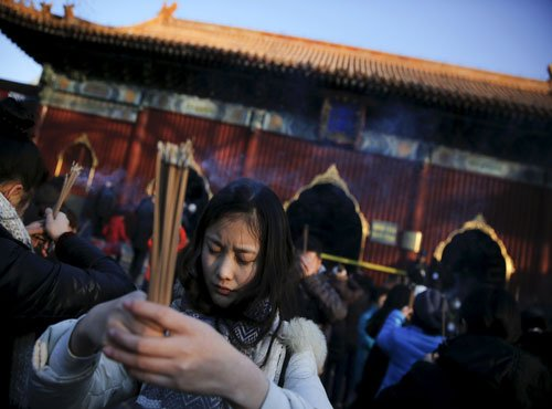 Chinese visit temples, fairs to ring in Year of the Monkey
