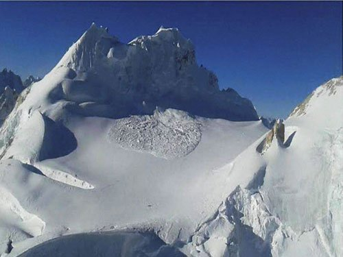 Body of one of 10 soldiers recovered from Siachen