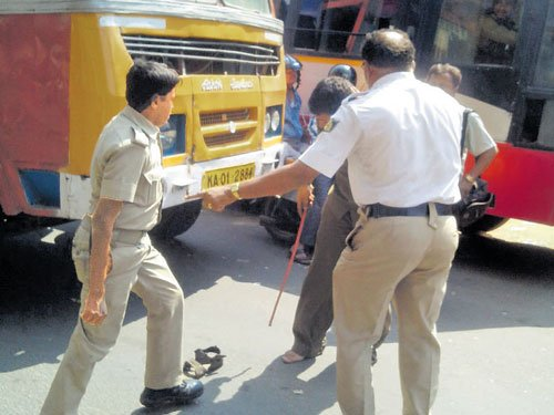 'Unruly' bus driver throws chappal at home guard