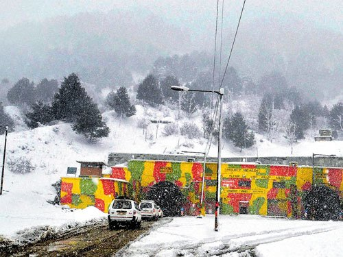 Fresh snowfall hits road, air traffic in Kashmir
