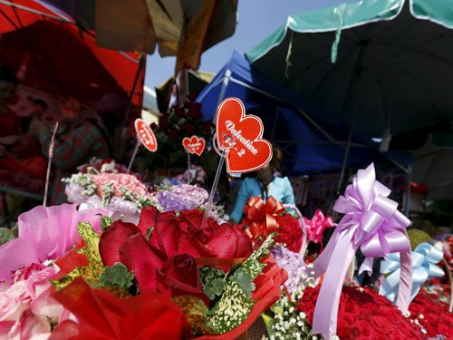 US teen gifts flowers to every girl in school for V-Day