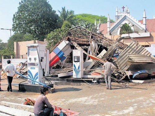 Palike razes petrol bunk, reclaims Rs 15-cr land